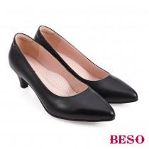 BESO國民小資女柔軟羊皮素面尖頭中跟鞋