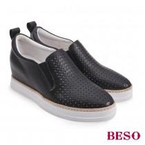 BESO國民小資女柔軟真皮沖孔內增高休閒鞋